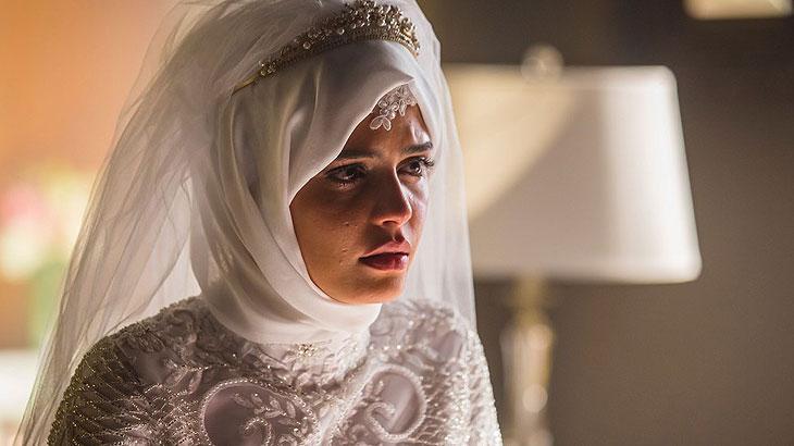 Laila (Julia Dalavia) aceita casar com Aziz (Herson Capri) para salvar a vida do irmão