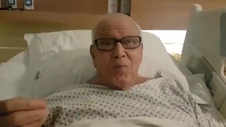 Ary Toledo gravou um vídeo no hospital neste sábado (Foto: Twitter/Reprodução)