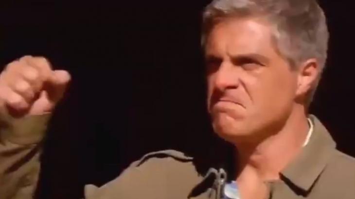 Augusto com o punho levantado e cara de bravo