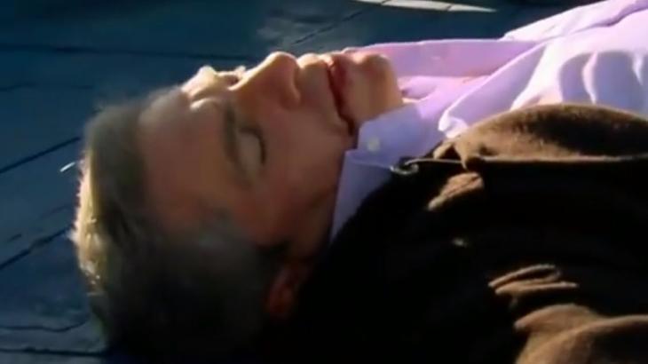Augusto caído no chão, sangrando