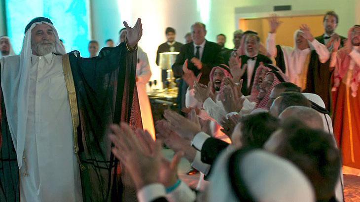 Aziz (Herson Capri) celebra seu casamento e proíbe Soraia (Letícia Sabatella) de contar a Laila (Julia Dalavia) sobre a morte do irmão