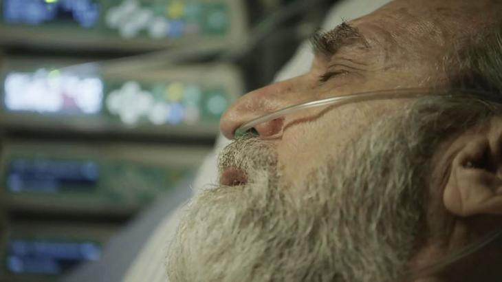 Aziz morre nos braços de Jamil - Divulgação/TV Globo