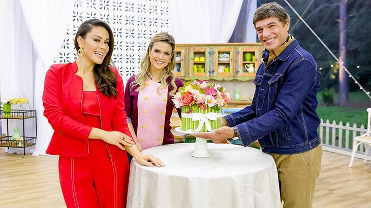 Nadja Haddad, Beca Milano e Olivier Anquier seguram bolo de buquê