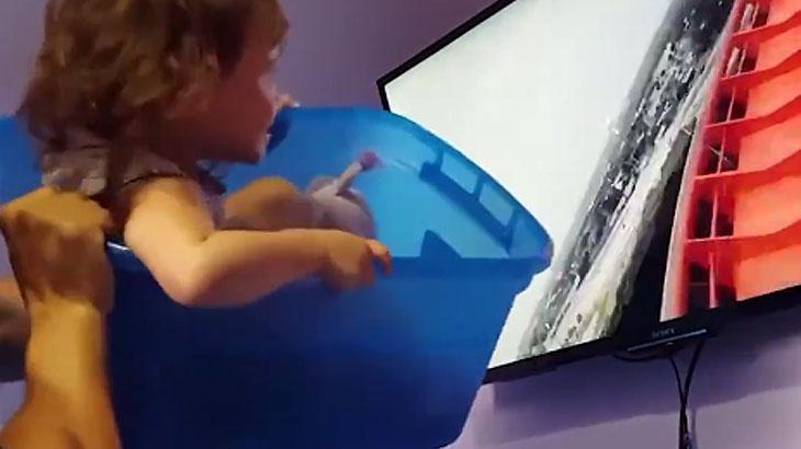 Pai inova e usa balde para brincar com filha em montanha-russa