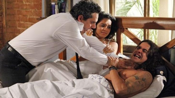 Fina Estampa: Baltazar flagra Solange e Daniel na cama