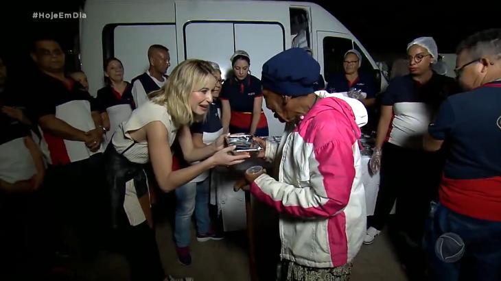 Bárbara França doando comida - Foto: Reprodução/Record
