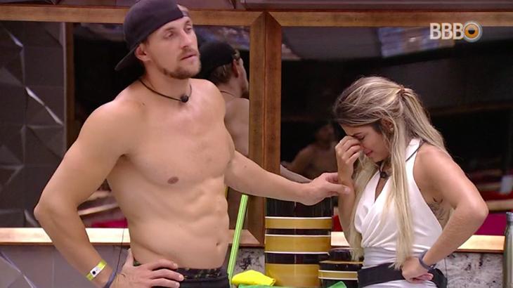 Hariany chora após briga com Diego