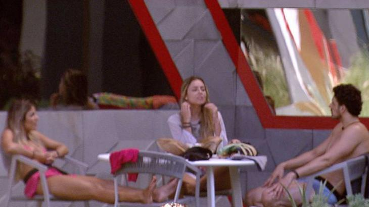 Paula, Hariany e Maycon conversam na área externa - Foto: Reprodução