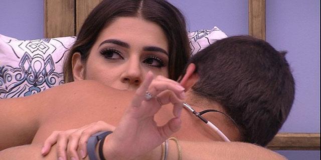 """BBB17"": Manoel elogia Vivian e repara decote: ""haja coração"""