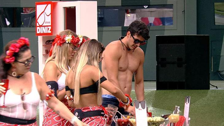 Maycon assusta Paula durante Pool Party