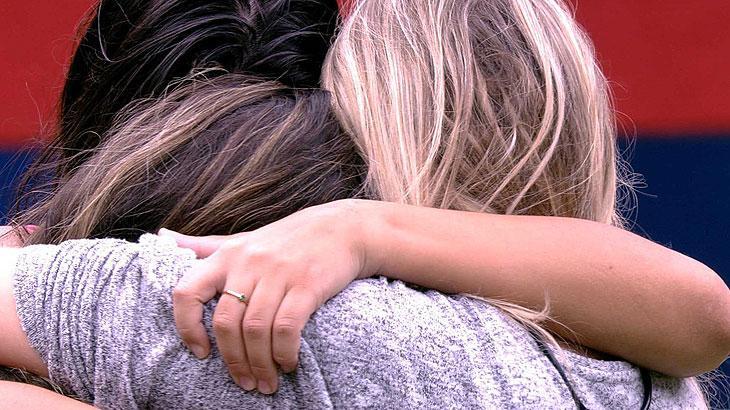 Marcela, Ivy e Giselly se abraçam