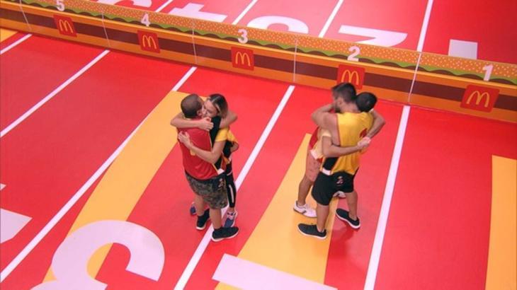 Arthur e Projota abraçando colegas durante a prova no BBB21