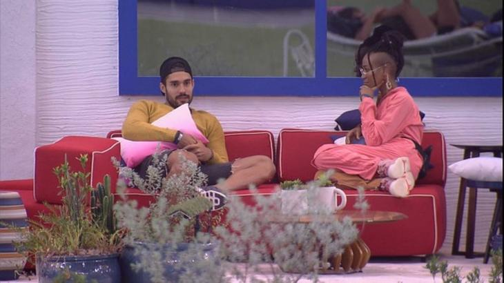 Karol Conká e Arcrebiano conversando na área externa do BBB21