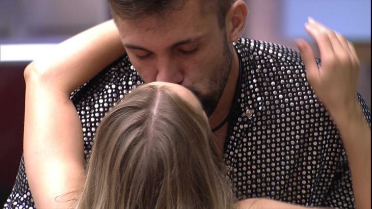 Carla Diaz e Arthur se beijando na sala do BBB21