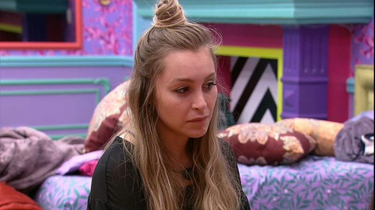 No quarto colorido, Carla conversa com brothers