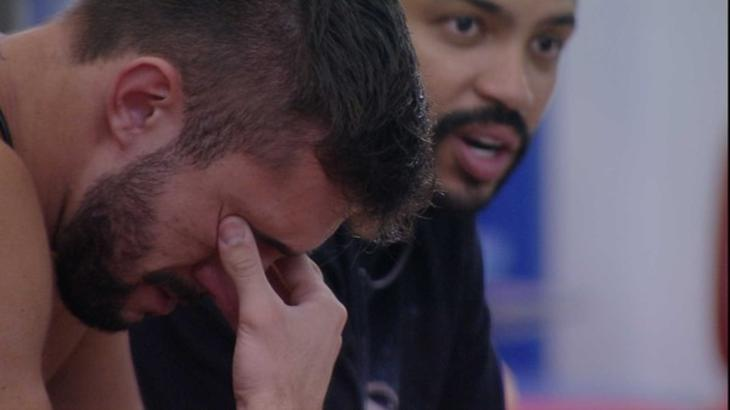Arthur chorando durante conversa com Projota no BBB21