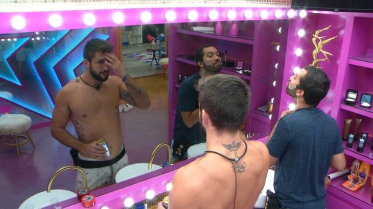 Arthur e Gilberto conversando no banheiro do BBB21