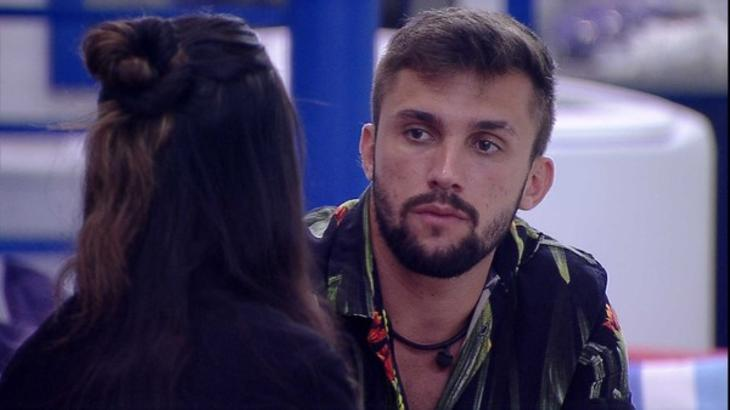 Arthur sentado olhando para Juliette