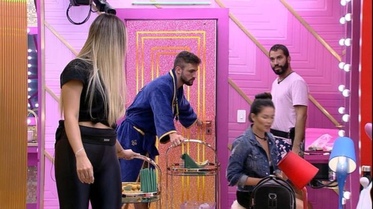 Arthur empurrando carrinho de comida ao lado de Sarah, Gilberto e Juliette