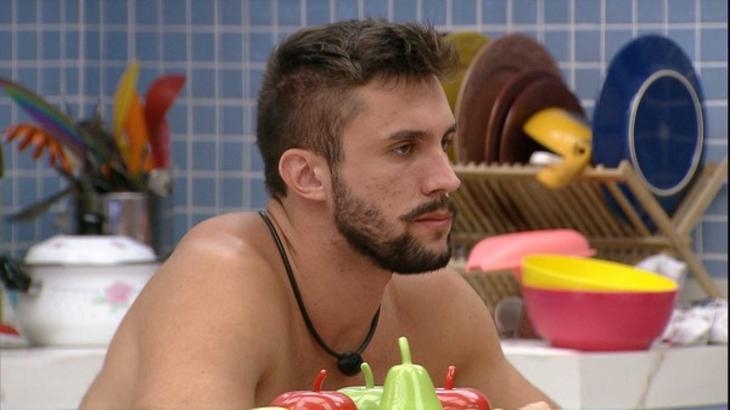 Arthur sentado na cozinha da xepa do BBB21