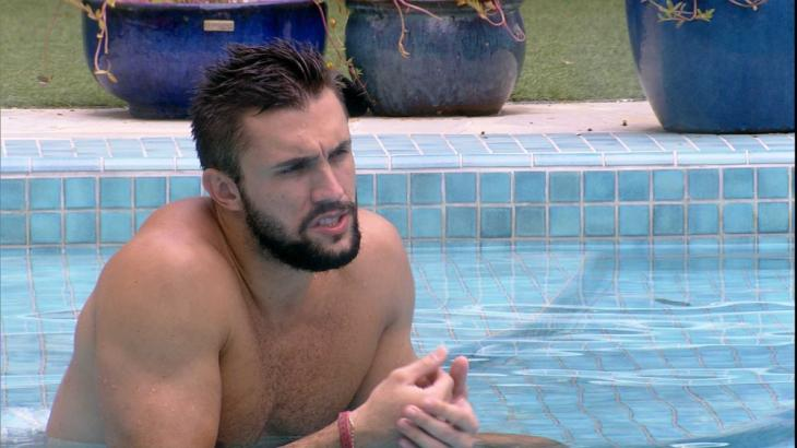 À beira da piscina, Arthur conversa com Gil no BBB21