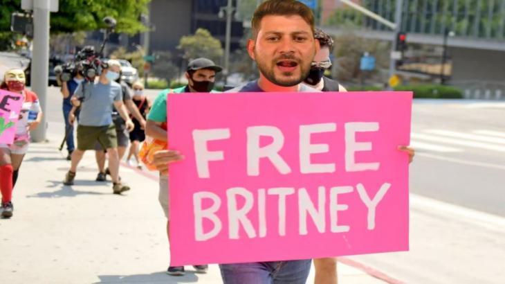 Meme de Caio com a placa Free Britney