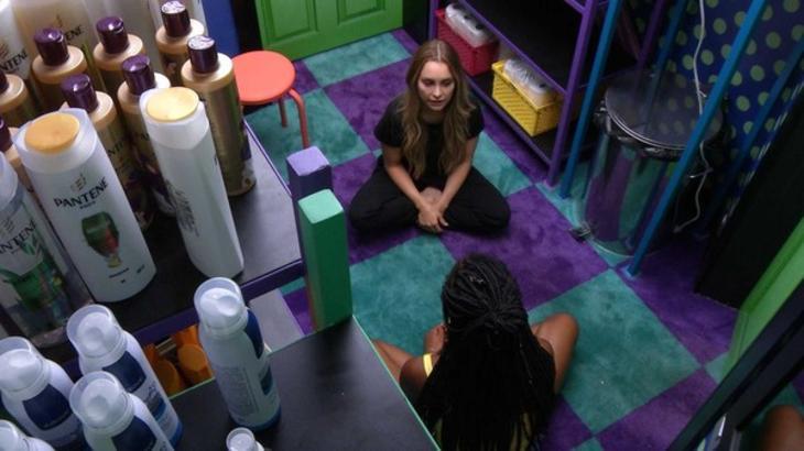 Carla Diaz e Camilla de Lucas conversando na despensa