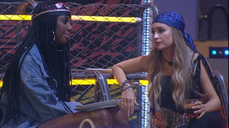 Camilla de Lucas e Carla Diaz conversando durante festa do líder Fiuk