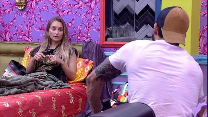 Carla Diaz e Rodolffo conversando no quarto colorido