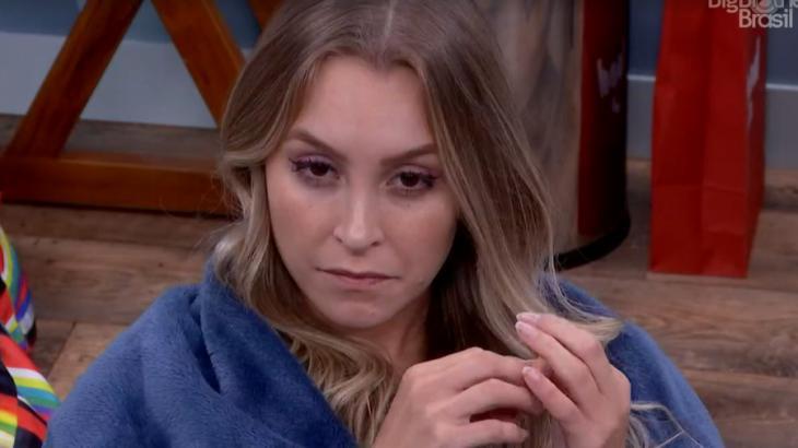 Carla Diaz sentada no quarto secreto do BBB21
