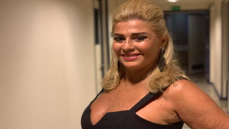 Cida Moraes posando para foto com a mão na cintura