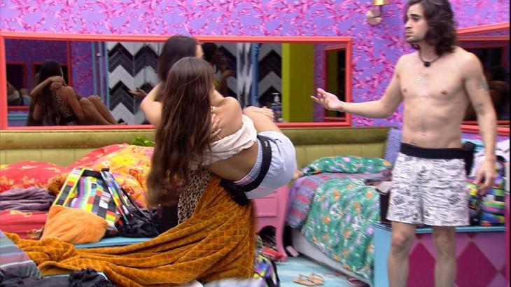 Juliette carregando THaís no colo e Fiuk olhando