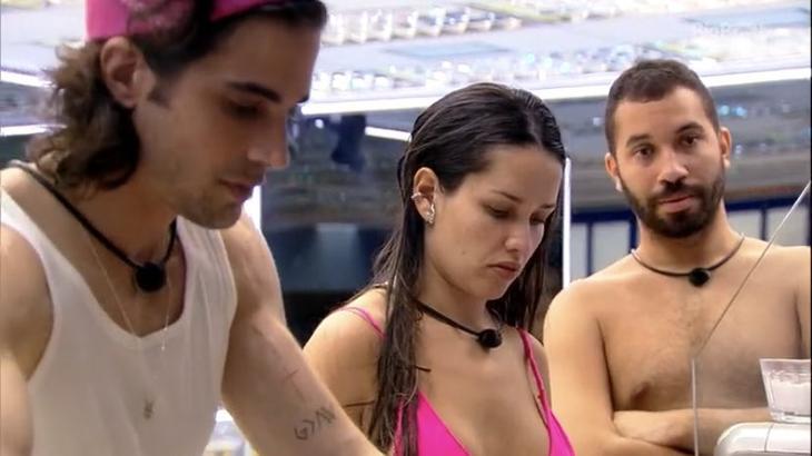 Fiuk, Juliette e Gilberto na cozinha do BBB21