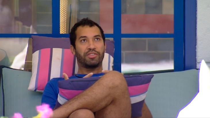Gilberto gesticula durante conversa sentado na varanda do BBB21