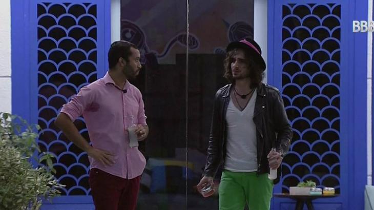 Fiuk e Gilberto estão na varanda do BBB21 com uma garrafa na mão