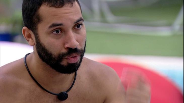 Gilberto conversando na área externa do BBB21