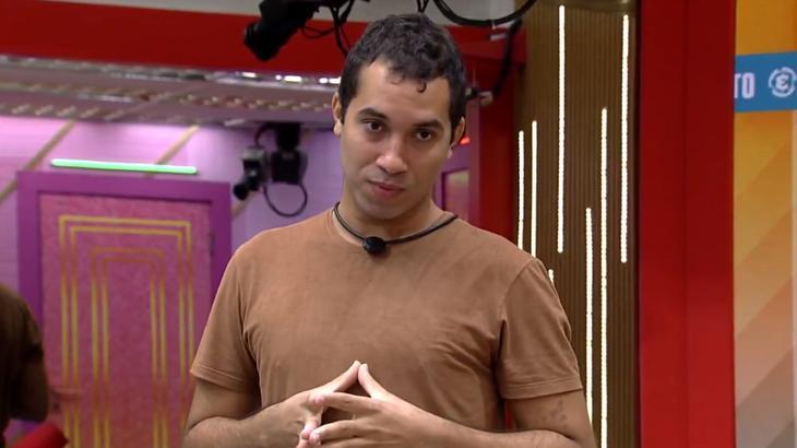 Gilberto em pé na sala do BBB21