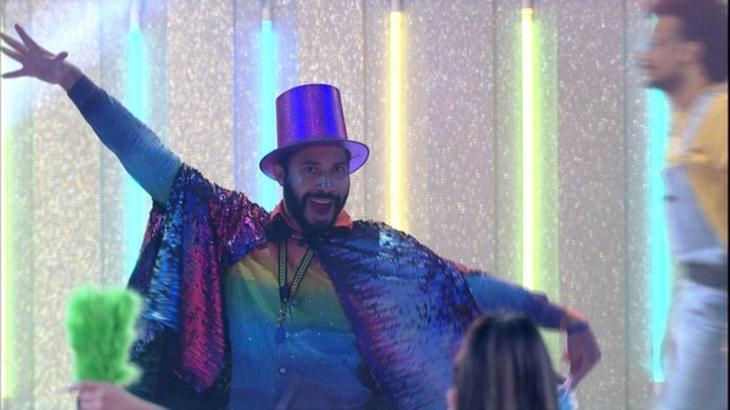 Gilberto dançando durante festa no BBB21