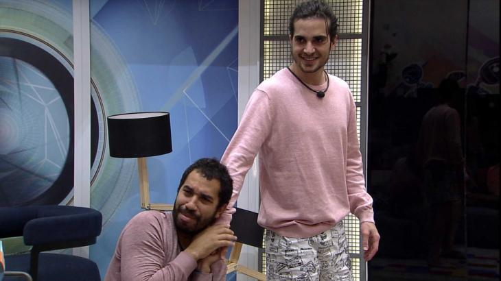 Gilberto está abraçado a Fiuk na sala do BBB21