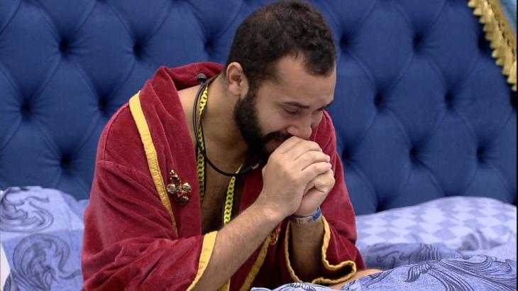 Gilberto chora no quarto do líder