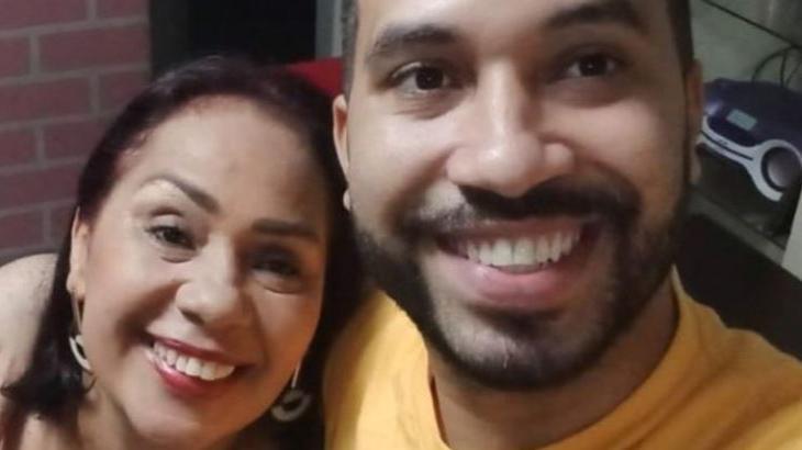Dona Jacira posa ao lado de Gilberto