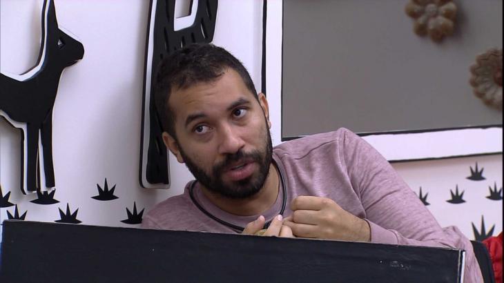 No quarto cordel, Gilberto conta sonho para Thaís