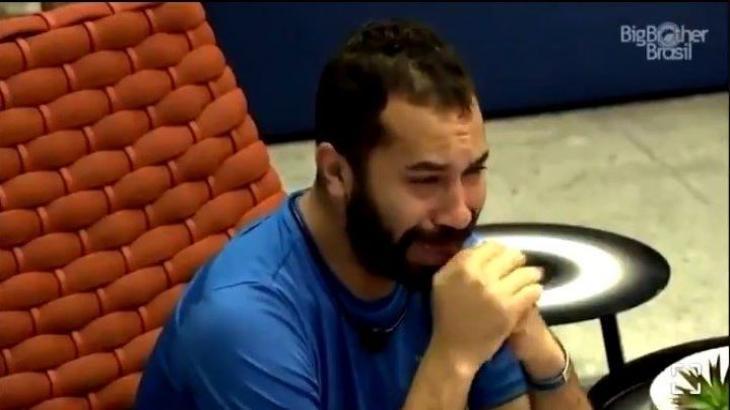 Na varanda, Gilberto choro sozinho