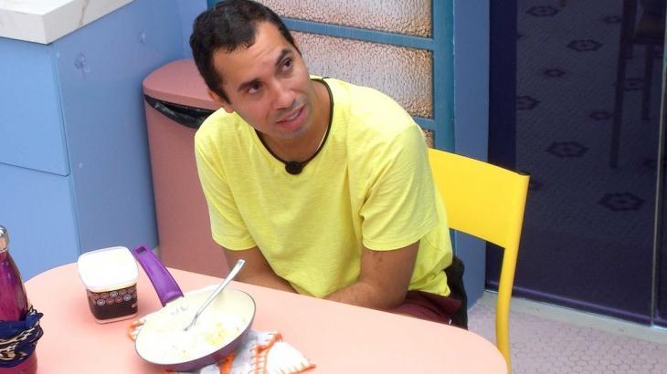 Gilberto está sozinho na cozinha da xepa do BBB21