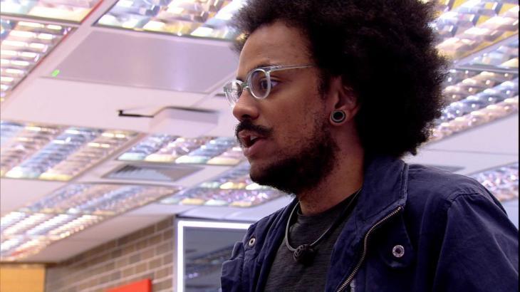 João Luiz está na cozinha do BBB21