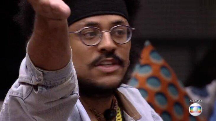 João Luiz está na sala do BBB21