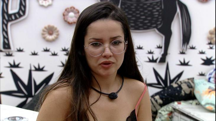 Juliette está sentada no quarto cordel do BBB21