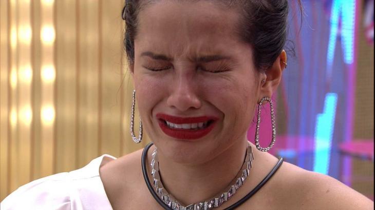 Juliette de maquiagem e roupa da festa chorando no BBB21