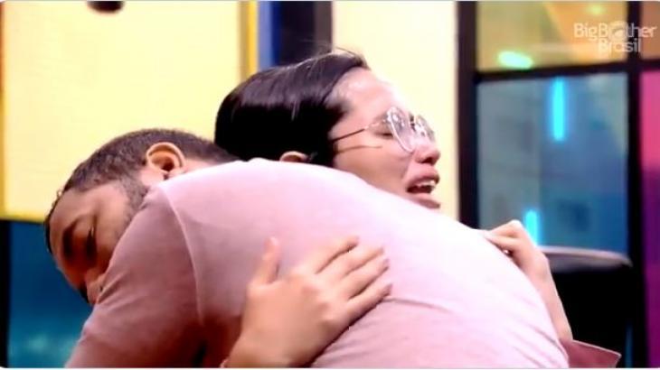 Na academia, Gilberto abraça Juliette após sister começar a chorar