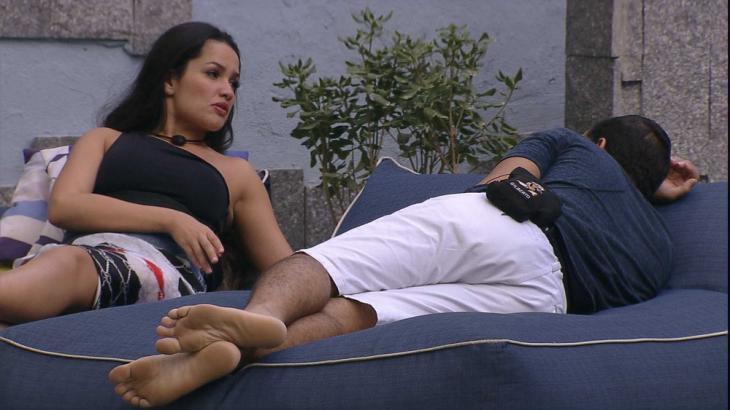 Juliette conversa com Gilberto na área externa do BBB21